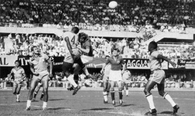 Detalj sa meča Brazil-Jugoslavija - Brandaozinjo i Vukas u duelu