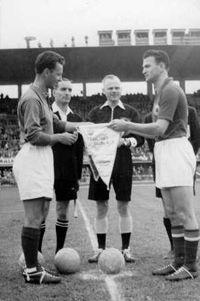 Kapiteni Žonke i Bobek, pred početak meča Francuska-Jugoslavija