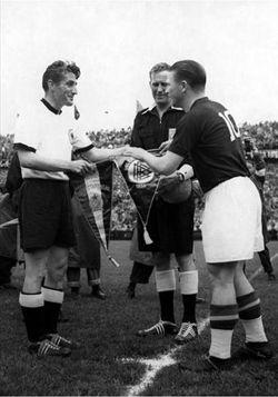 Kapiteni Fric Valter i Ferenc Puškaš pred početak finalnog meča