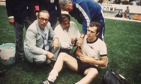 Fizioterapeut imobiliše Beckenbauerovo rame u meču protiv Italije