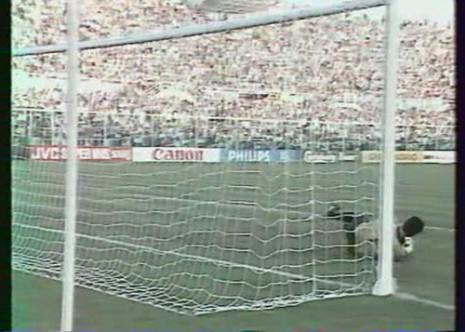 Ivković brani penal Maradoni