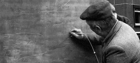 """Пример: Споменик за мир против рата и фашизма у Харбург-Хамбургу аутора Јохена Герца и Естер Шалев-Герц. Стуб висок 12м на површини од једног квадратног метра октривен је 1986. годне. За сваки угао је кабловима била прикачена челична иглица за гребање по меком олову, којим је алуминијумски стуб био обложен. Испод стуба налазила се комора дубока колико је стуб висок и како би посетиоци графитима прекрили висину од метар и по, стуб је постепено спуштан у тло. Што су посетиоци били активнији, стуб је брже тонуо. Коначно је нестао 10. новембра 1993. године и од њега је остала само горња површина прекривена надгорбном плочом на којој пише """"Споменик Харбурга против фашизма""""."""