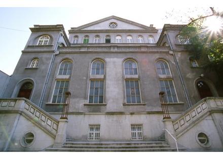 Кошер кухиња се налази у оквиру београдксе синагоге Сукат Шалом (Колиба мира)