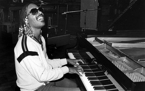 stevie-wonder-playing-piano