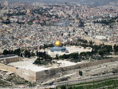 """Brdo Hrama u Jerusalimu i """"Kupola na steni"""", odnosno Omarova džamija čija je gradnja započela 684. godine tokom vladavine dinastije Omejada (Omajada). Sudeći po tradiciji, ispod ovog platoa se nalaze ostaci Solomonovog hrama"""