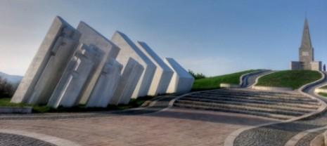 Поглед на постојећи споменик (1952) из правца Амфитеатра (1979)