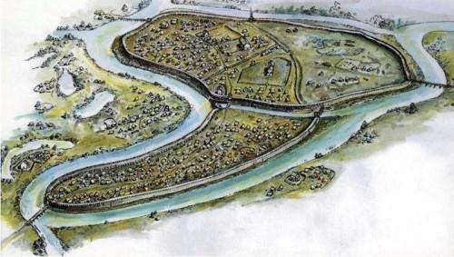 Rekonstrukcija izgleda i položaja arheološkog lokaliteta Mikulčice, najznačajnijeg gradskog centra i najverovatnije prestonie Velikomoravske. Lokalitet je bio lociran na ostrovima na reci Morava i bio je okružen brojnim rukavcima koji su predstavljali sastavni deo odbrambenog sistema, odnosno fortifikacije. Sam areal se sastojao iz više celina koje su se u kontinuitetu razvijale još od sedmog veka. Akropola je bila utvrđena bedemima od kamena i drveta koji su prelazili 3,5 m širine i u njenom sklopu se nalazila sama kneževska palata kao i sedam crkava. Van fortifikacije se nalazilo još pet crkava koje se pripisuju pripadnicima najviše aristokratije, pri čemu je u okviru fortifikacije konstatovana i velika građevina koja je služila za stacioniranje vojne posade od približno hiljadu vojnika. Čitav kompleks se prostirao na nekoliko desetina hektara i do sada je na lokalitetu otkriveno preko 2000 grobova sa ogromnim brojem nalaza, od kojih mnogi predstavljaju vrhunac zanatstva I umetnosti Velikomoravske. Kulminaciju u razvoju Mikulčice su imale u drugoj polovini desetog veka, kada su predstavljale centralnu tržnicu Velikomoravske u kojoj je živelo preko 2000 stanovnika od čega 300 na prostoru same fortifikacije .