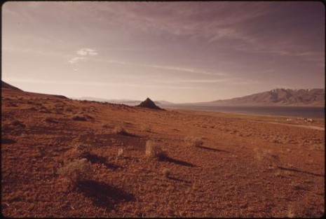 800px-PYRAMID_LAKE,_SOUTHERN_END,_SHOWING_DESERT_SETTING_FOR_WHICH_LAKE_IS_NOTED_-_NARA_-_552906