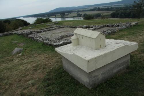 Ostaci podorisa crkve iz perioda Velikomoravske sa  maketom rekonstruisanog izgleda. Lokalitet Djevin