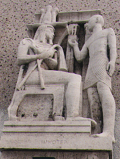 Skulptura na spoljnoj fasadi masonskog hrama škotskog reda u Los Anđelesu. Skulptura predstavlja faraona Džosera (sedeća figura) i Imhotepa (stojeća figura). Autor skulpture napravljene 1961. godine je Albert Stewart
