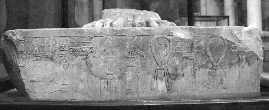 Postolje Džoserove statue, na kome se izuzev njegovog imena pojavljuje ime Imhotepa, pronađeno u Sakari