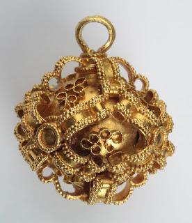 Pozlaceno ukrasno dugmo rađeno tehnikom filigrana i granulacije