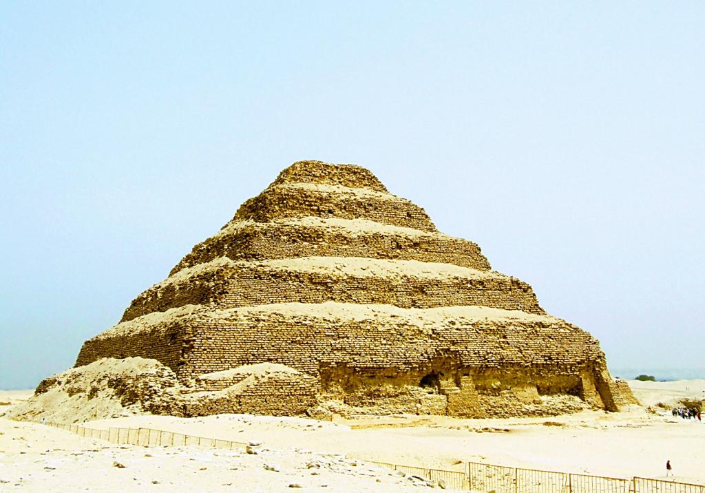 Stepenasta piramida u Sakari, predstavlja prvi primer korišćenja kamena u monumentalnoj arhitekturi