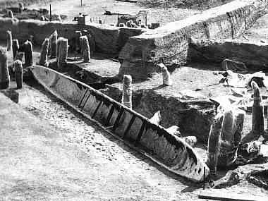Arheološki lokalitet Mikulčice. Fotografija nastala neposredno nakon iskopavanja drvenog čamca tzv. Monoksila u jednom od isušenih rukavaca reke Morave koji su predstavljali deo odbrambenog sistema