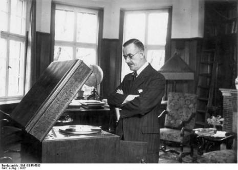 Zentralbild-ArchivThomas Mann, bürgerlich-humanistischer Schriftsteller von Weltgeltung.geb.: 6.6.1875 in Lübeckgest.: 12.8.1955 Kilchberg (Schweiz)1929 erhielt er den Nobelpreis.U.B.z: Thomas Mann in seinem Heim in München (1932)13 661-32[Scherl Bilderdienst]