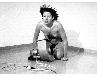 Marina Abramović, Ritam 4, galerija Dijagrama, Milano, 1974. godine. Vlasništvo galerije Šona Kelija u Njujorku