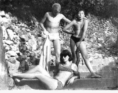 Marina i Velimir s prijateljem na plaži u Opatiji, 1962. godine. Arhiv Abramović