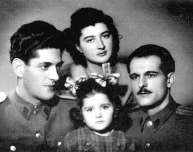 Vojo i Danica Abramović s Daničinim zetom Lukom i Marinom u prvom planu 1.maj 1950. Vlasništvo Ksenije Rosić