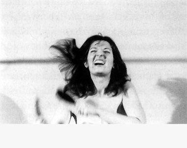 Marina Abramović, Art Must Be Beautiful/Artist Must Be Beautiful, Umetnički festival Šarlotenborg u Kopenhagenu 1975. Vlasništvo galerije Šona Kelija u Njujorku.