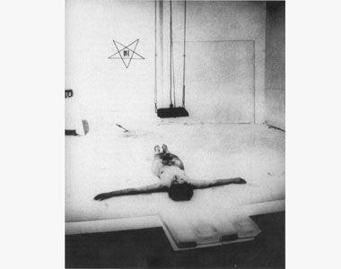 Marina Abramović Thomas Lips, galerija Krincinger, Inzbruk 1975. godine. Vlasništvo galerije Šona Kelija u Njujorku - See more at: http://www.danas.rs/danasrs/feljton/stvaranje_znakova.24.html?news_id=266367#sthash.kKm5Lpox.dpuf
