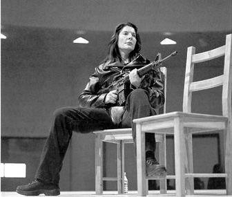 Abramovićeva ponovo izvodi performans VALI EKSPORT u Muzeju Gugenhajm u Njujorku 2005. / Foto: Attilio Maranzano. Vlasništvo galerije Šona Kelija u Njujorku