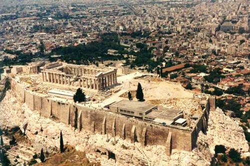 Akropolj uspostavlja monumentalan krug prisustva svojim bdenjem nad Atinom.