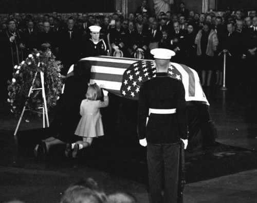 Žaklina i Kerolajn Kenedi na sahrani 24. novembra 1963. godine (Foto: Beta-AP)