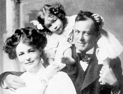 Krouli sa svojom ženom Rouz i ćerkicom Pupi, 1906.