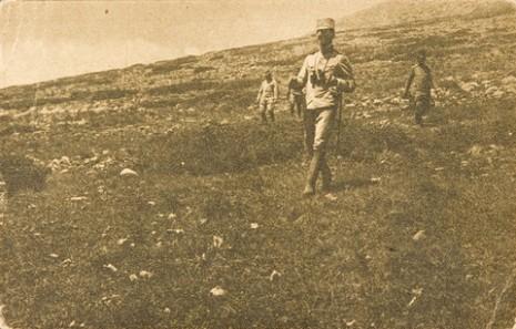 Њ.К.В. Престолонаследник Александар силази пешке са коте 1500 Чегањске планине.