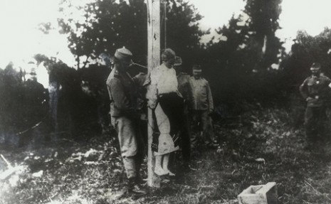 Аустро-угарски војници вешају Милицу Максимовић, мајку четворо мале деце, у селу Јевремовац у близини Шапца, лето 1914.