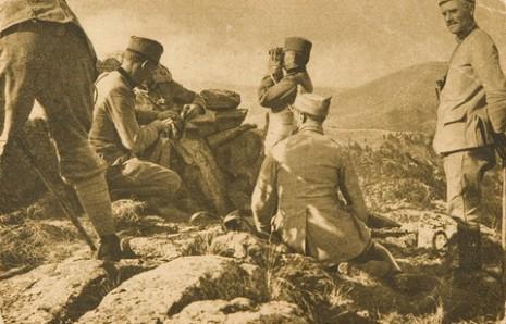 Командант треће Дивизије посматра борбу на Кајмак-чалану.