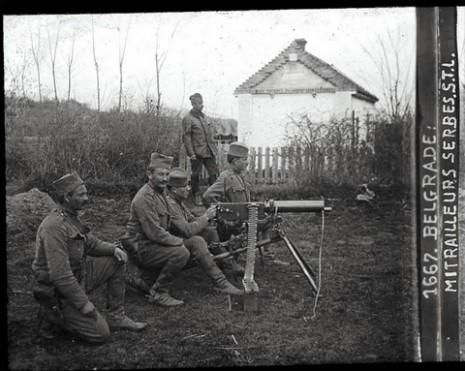 Машинско одељење српске војске у Београду са немачким митраљезом Максимом.