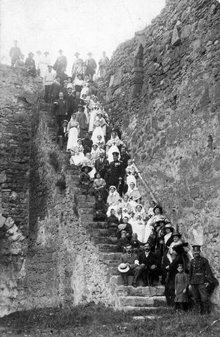 Медицинске сестре и официри у Великом рату у Малом граду смедеревске Тврђаве.