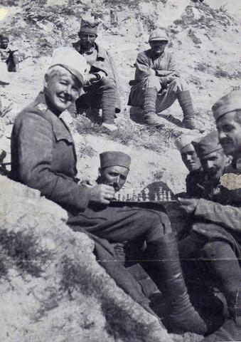 Наредник српске војске Флора Сандс игра шах са ратним друговима.