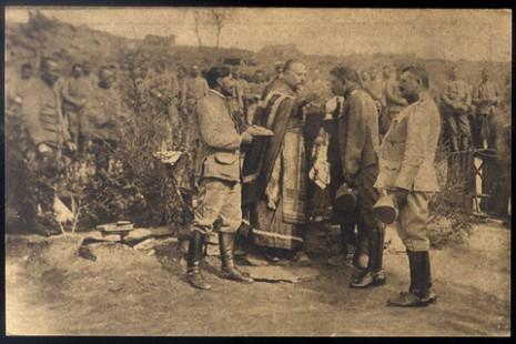 Причешћивање српских официра и војника пред полазак на Солунски фронт.