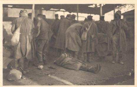 Српски војник умире од глади на улицама Скутарија, 1915.