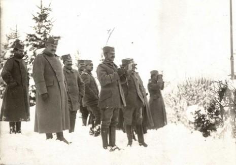 Српски официри на извиђању терена.