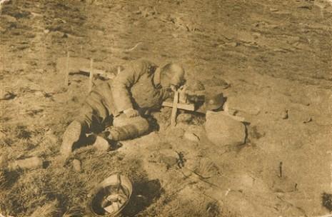Српски официр на гробу свог сина јединца на Кајмак-чалану.