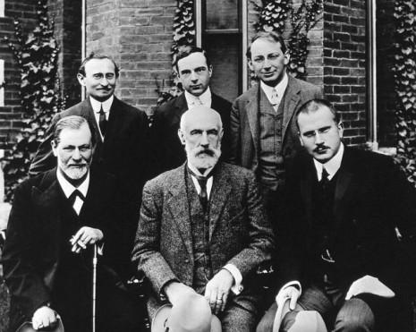 Grupna fotografija ispred Univerziteta Klark. U prednjem redu: Zigmund Frojd, G. Stenli Hol, Karl Jung; u zadnjem redu: Abraham A. Bril, Ernest Džouns, Šandor Ferenci (Foto: Wikimedia Commons)