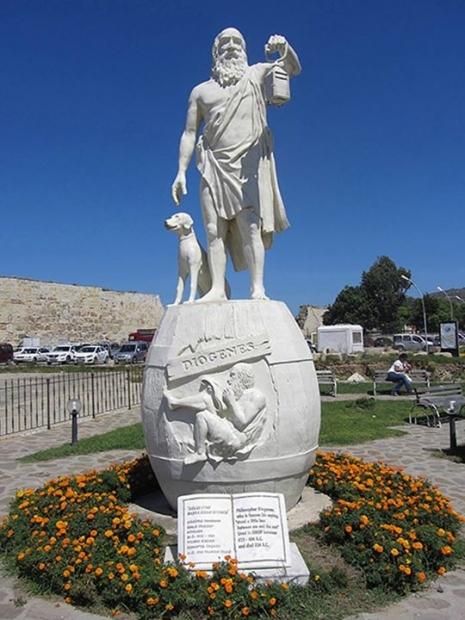 Mermerna statua Diogena u Sinopu, Turska