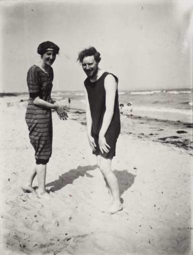 Virginia Woolf na plaži sa zetom Cliveom Bellom 1909.