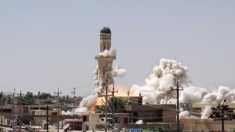 Trenutak rušenja džamije proroka Jone u Mosulu