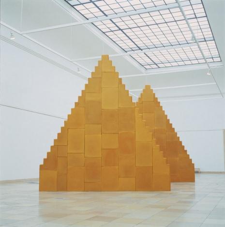 """""""Nema ni početka ni kraja"""", 1999-2001. Pčelinji vosak (620 x 130 x 570 cm)."""