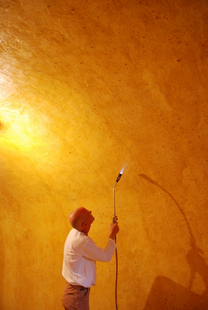 Volfgang Lajb plamenom dovršava zidove voštane komore (http://blog.phillipscollection.org).