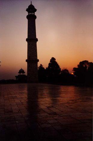 Severoistočni minaret od mermera iz Radžastana, čija se boja menja u zavisnosti od svetla