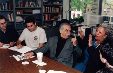 Nobelovci Gabriel Garsija Markes i Toni Skot, tokom rada sa studentima na Univerzitetu Prinston 1998. godine