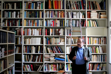 umberto-eco-in-library