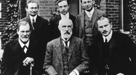 Foto: Zajednička fotografija iz 1909. ispred Clark Universityja. Prvi red: Sigmund Freud, G. Stanley Hall, Carl Jung; iza: Abraham Brill, Ernest Jones, Sándor Ferenczi.