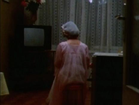 """Žena iz Rusije gleda u ugašen tv prijemnik, scena iz najnovijeg dokumentarca Adama Kurtisa """"HyperNormalisation"""""""